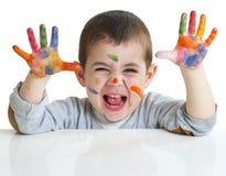 Rapaz pequeno com pinturas nas mãos Foto de Stock