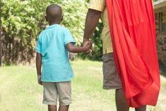 Rapaz pequeno com seu pai do super-herói Fotos de Stock Royalty Free