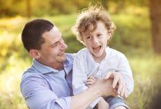 Rapaz pequeno com seu paizinho Imagens de Stock