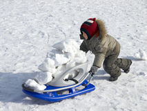 Rapaz pequeno com sledge Foto de Stock