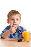 Rapaz pequeno com sumo de laranja Imagens de Stock