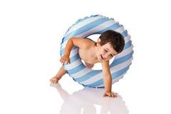 Rapaz pequeno com um anel de borracha Imagem de Stock