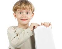 Rapaz pequeno com um caderno Imagens de Stock Royalty Free