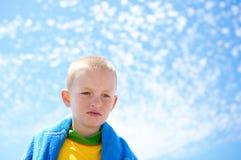 Rapaz pequeno com um fundo do céu Fotografia de Stock