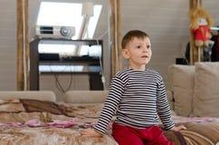 Rapaz pequeno com um olhar da perplexidade em sua cara Imagens de Stock Royalty Free