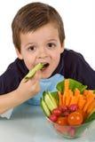 Rapaz pequeno com uma bacia de vegetais Fotografia de Stock Royalty Free