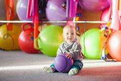 Rapaz pequeno com uma bola no gym foto de stock royalty free