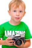 Rapaz pequeno com uma câmera do vintage Tiro do estúdio imagens de stock