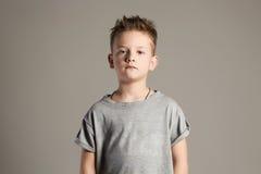 Rapaz pequeno considerável 7 anos de miúdo velho Fotos de Stock Royalty Free