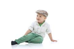 Rapaz pequeno considerável em um tampão fotos de stock royalty free