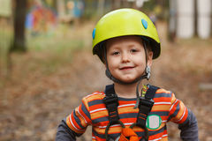 Rapaz pequeno corajoso do retrato que tem o divertimento na aventura Fotografia de Stock
