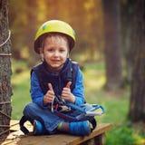 Rapaz pequeno corajoso que tem o divertimento no parque da aventura e que dá o dobro Fotografia de Stock Royalty Free