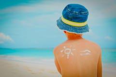 Rapaz pequeno da proteção de Sun com suncream na praia tropical fotografia de stock royalty free