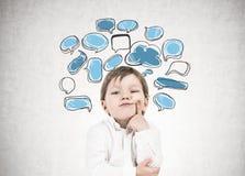 Rapaz pequeno de pensamento, bolhas do discurso Fotos de Stock