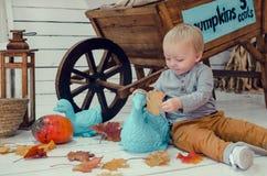 Rapaz pequeno de sorriso com abóboras Imagens de Stock