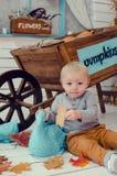Rapaz pequeno de sorriso com abóboras Fotos de Stock Royalty Free