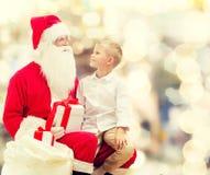 Rapaz pequeno de sorriso com Papai Noel e presentes Imagens de Stock Royalty Free