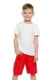 Rapaz pequeno de sorriso na camisa branca Imagem de Stock Royalty Free