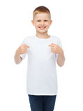 Rapaz pequeno de sorriso no t-shirt branco vazio fotografia de stock