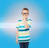 Rapaz pequeno de sorriso nos monóculos Imagem de Stock
