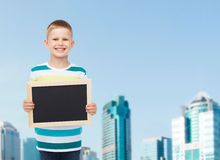 Rapaz pequeno de sorriso que guarda o quadro preto vazio Imagens de Stock Royalty Free