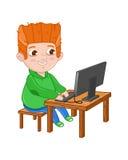 Rapaz pequeno de sorriso que joga no computador Fotografia de Stock