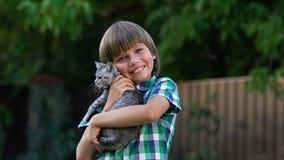 Rapaz pequeno de sorriso que levanta com vaquinha bonito pequena, programas da adoção, família filme
