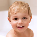 Rapaz pequeno doce que banha-se Foto de Stock