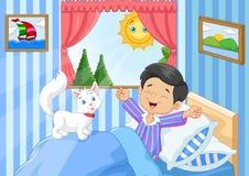 Rapaz pequeno dos desenhos animados que acorda e que boceja Imagens de Stock
