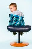 Rapaz pequeno e banquinho Fotografia de Stock Royalty Free