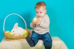 Rapaz pequeno e coelhinho da Páscoa com ovos Fotografia de Stock