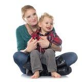 Rapaz pequeno e mãe Fotografia de Stock Royalty Free