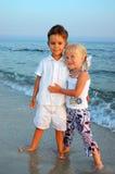 Rapaz pequeno e menina na praia Foto de Stock Royalty Free