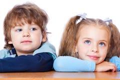 Rapaz pequeno e menina no amor Foto de Stock