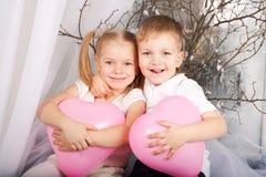 Rapaz pequeno e menina no amor. Fotos de Stock Royalty Free
