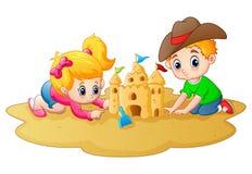 Rapaz pequeno e menina que fazem o castelo de areia na praia Fotografia de Stock