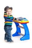 Rapaz pequeno e o teclado no fundo branco. bebê engraçado do menino. Fotos de Stock