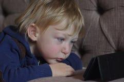 Rapaz pequeno e o telefone Foto de Stock