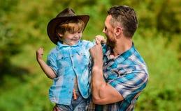 Rapaz pequeno e pai no fundo da natureza Espírito de aventuras Forte como o pai Poder que é pai Crian?a que tem imagem de stock royalty free