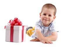 Rapaz pequeno e presente Fotos de Stock