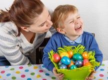 Rapaz pequeno e sua mãe que estão felizes sobre ovos da páscoa selfmade Fotos de Stock