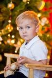 Rapaz pequeno e um presente Foto de Stock Royalty Free