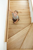 Rapaz pequeno em escadas Fotografia de Stock Royalty Free