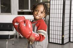 Rapaz pequeno em luvas de encaixotamento fotos de stock royalty free