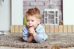 Rapaz pequeno em um assoalho imagens de stock royalty free