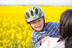 Rapaz pequeno em um capacete fotografia de stock royalty free