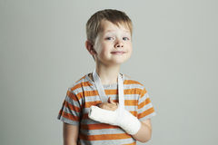 Rapaz pequeno em um castchild com um braço quebrado criança engraçada após o acidente Fotografia de Stock