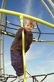 Rapaz pequeno em um frame de escalada Imagens de Stock