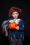 Rapaz pequeno em um traje do pirata para Dia das Bruxas em um fundo preto Imagem de Stock