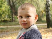 Rapaz pequeno em uma caminhada Fotos de Stock